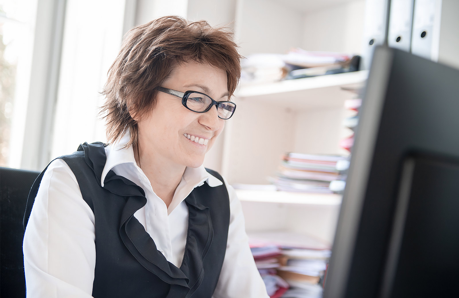 Notarin Heidi Knoll am Arbeitsplatz